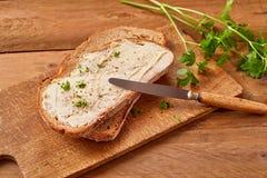 Gesneden beboterd brood met verse peterselie stock fotografie