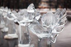 Gesneden beeldhouwwerk van bevroren engel in ijs Stock Fotografie