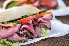 Gesneden Braadstukrundvlees op een sandwich Stock Afbeelding