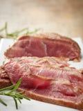 Gesneden braadstukrundvlees op witte plaat Royalty-vrije Stock Afbeeldingen