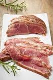 Gesneden braadstukrundvlees op witte plaat Stock Afbeeldingen