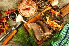 Gesneden braadstukvlees van everzwijn Varkensvlees in de oven wordt gebakken die De wilde spel jacht stock foto