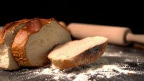 Gesneden brood die van brood op bloem vallen stock video