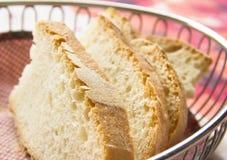 Gesneden brood in een mand Stock Afbeeldingen