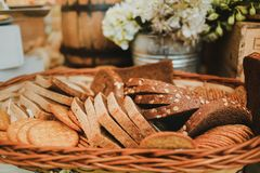 Gesneden brood in een mand, artisanaal eigengemaakt brood op een rustieke achtergrond royalty-vrije stock foto