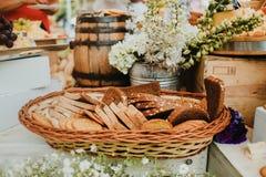 Gesneden brood in een mand, artisanaal eigengemaakt brood op een rustieke achtergrond stock afbeelding