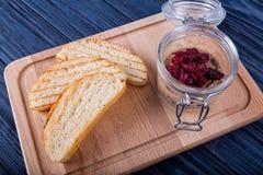 Gesneden brood met saus royalty-vrije stock fotografie
