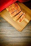 Gesneden Brood met Sesamzaden op een Houten Raad Royalty-vrije Stock Afbeeldingen
