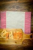 Gesneden Brood met Sesamzaden op een Houten Raad Royalty-vrije Stock Afbeelding