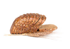 Gesneden brood met zonnebloemzaden en oren van tarwe stock afbeeldingen