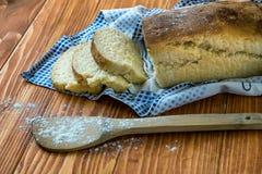 Gesneden brood op een houten lijst Royalty-vrije Stock Foto