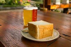 Gesneden brood op houten lijst Stock Fotografie