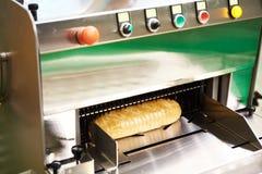 Gesneden brood in snijmachine stock foto