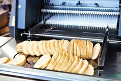 Gesneden brood in snijmachine royalty-vrije stock foto