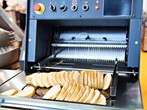 Gesneden brood in snijmachine royalty-vrije stock fotografie