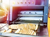 Gesneden brood in snijmachine royalty-vrije stock afbeeldingen