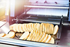 Gesneden brood in snijmachine stock fotografie