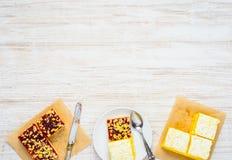 Gesneden Cakes en Pastei op Exemplaar Ruimtegebied Royalty-vrije Stock Afbeeldingen