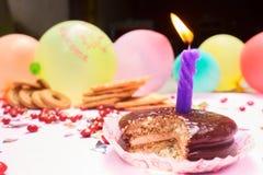Gesneden Chocoladecake met Kaars en Cookeis, Koekje, Rode Choc Royalty-vrije Stock Foto's