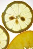 Gesneden Citroen en Appel die op wit wordt geïsoleerd Royalty-vrije Stock Foto