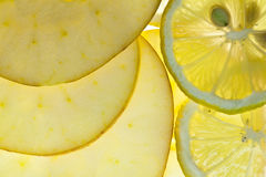 Gesneden Citroen en Appel die op wit wordt geïsoleerde Stock Afbeelding