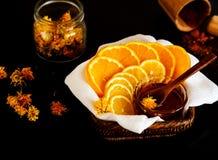 Gesneden citroen en sinaasappel met honing Royalty-vrije Stock Afbeeldingen