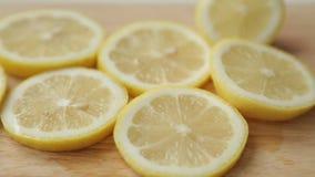 Gesneden citroen en sinaasappel voor het koken stock videobeelden