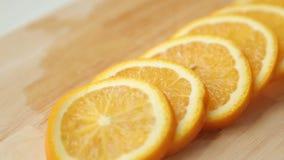 Gesneden citroen en sinaasappel voor het koken stock footage