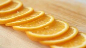 Gesneden citroen en sinaasappel voor het koken stock video