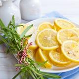 Gesneden citroenen met rozemarijn op een plaat Royalty-vrije Stock Foto's