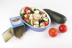 Gesneden courgette en tomaat klaar voor het roosteren Royalty-vrije Stock Afbeeldingen