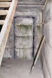 Gesneden in de concrete muur die voor de deur openen Stock Foto
