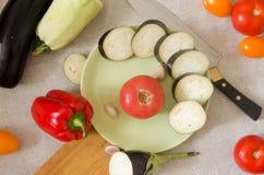 Gesneden de groenten hoogste mening van de aubergine groene plaat Stock Foto's