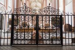 Gesneden deur in de kerk Stock Afbeeldingen