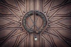 Gesneden deur met slot op ketting Royalty-vrije Stock Fotografie