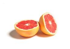 Gesneden die of besnoeiingsgrapefruit op wit wordt geïsoleerd Stock Foto's
