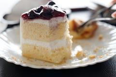 Gesneden die cake tijdens onderbrekingentijd wordt gegeten Royalty-vrije Stock Foto