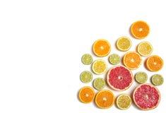 Gesneden die citrusvrucht op wit wordt geïsoleerd Besnoeiingscitroen, sinaasappel, grapefruit en kalk Stock Afbeelding