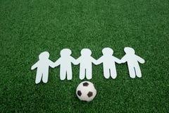 Gesneden die document outs en voetballen op kunstmatig gras worden geschikt Stock Foto's