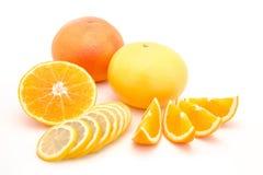 Gesneden die sinaasappel, citroen en grapefruit op een witte achtergrond wordt geïsoleerd Stock Foto