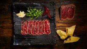 Gesneden die vlees in lage die temperaturee wordt gekookt, door te roosteren wordt gevolgd stock foto's