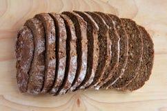 Gesneden donker brood Stock Foto's