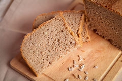 Gesneden donker brood met crumbs op het ontslaan achtergrond Royalty-vrije Stock Afbeelding