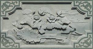 Gesneden Dragon Fighting met Zwaan op de Houten Textuur Als achtergrond stock afbeelding