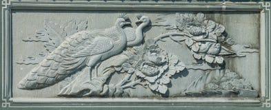 Gesneden Dragon Fighting met Zwaan op de Houten Textuur Als achtergrond royalty-vrije stock afbeelding