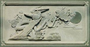 Gesneden Dragon Fighting met Zwaan op de Houten Textuur Als achtergrond royalty-vrije stock foto
