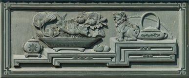 Gesneden Dragon Fighting met Zwaan op de Houten Textuur Als achtergrond stock fotografie