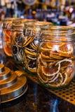 Gesneden droge sinaasappel in de glaskruik als ingrediënt voor dranken royalty-vrije stock fotografie