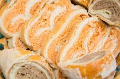 Gesneden eigengemaakt brood in een geweven mand Royalty-vrije Stock Foto's