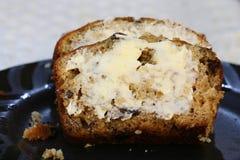 Gesneden en beboterd banaanbrood stock afbeelding